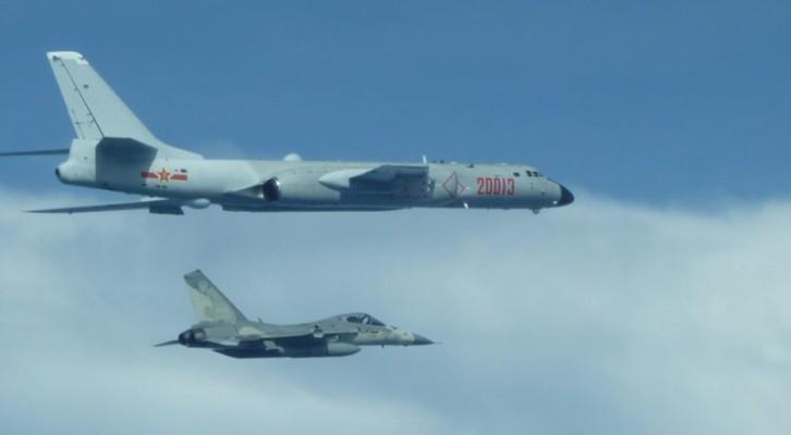 중국 전략폭격기, 타이완 상공 전개...타이완 대응 비행